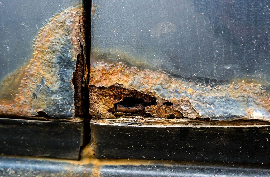 garage-door-rusting-through.jpeg?mtime=20191212082643#asset:15653