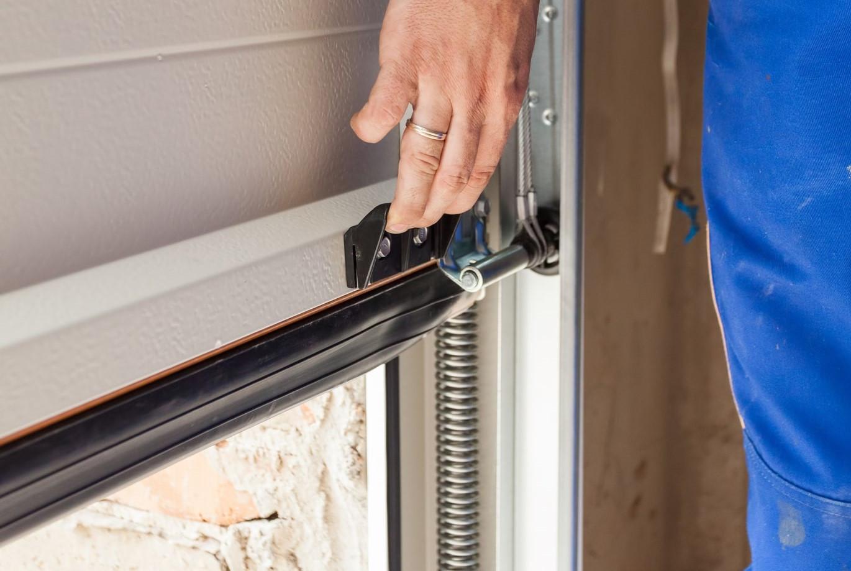 repair-inspect-garage-door.jpg?mtime=20210312084423#asset:22700
