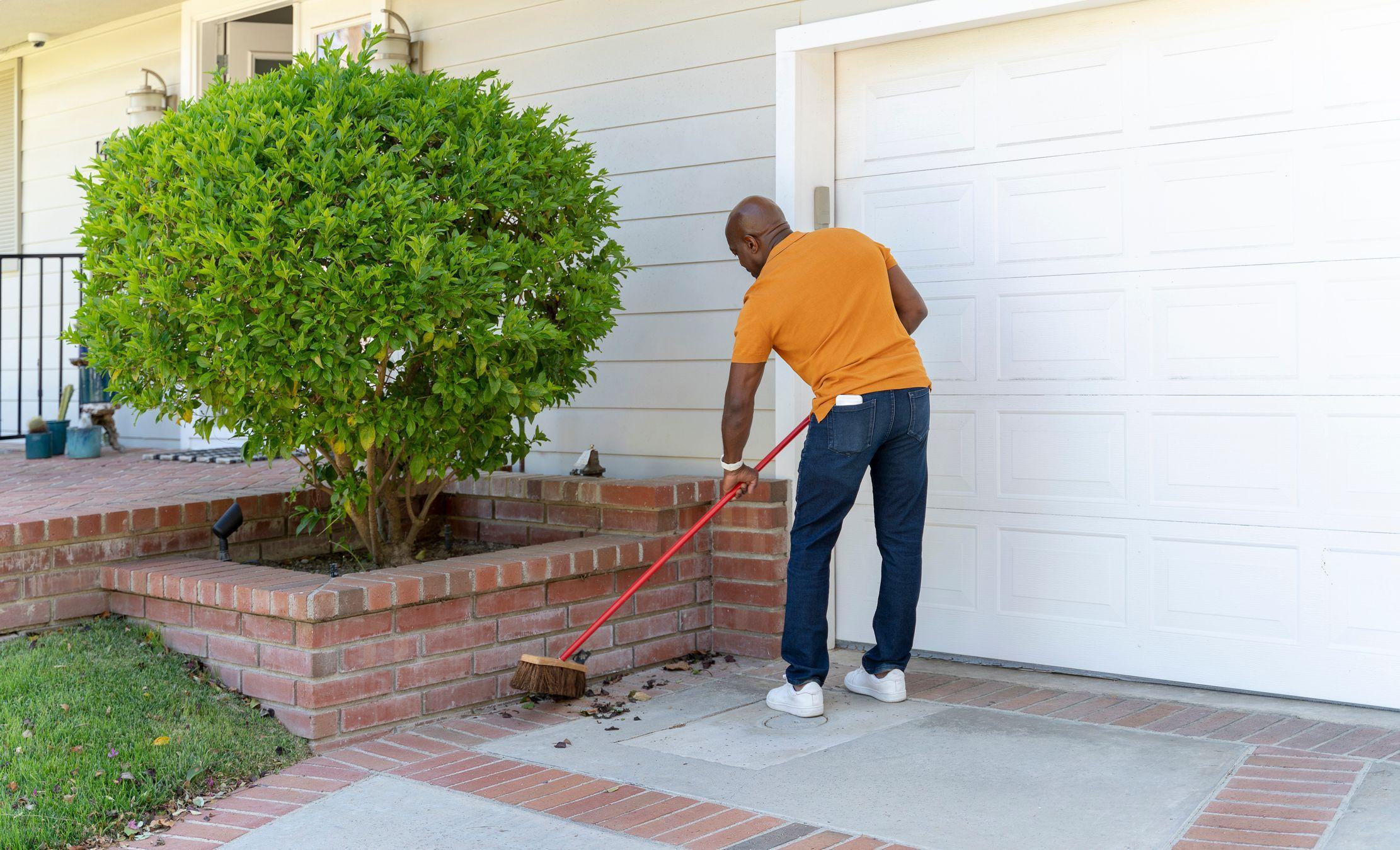 sweeping-clearing-driveway-min-1.jpeg?mtime=20210312084451#asset:22701