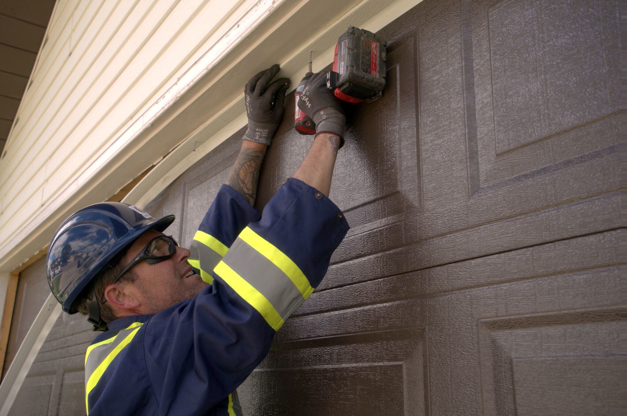 tecnician-installing-garage-door.jpeg?mtime=20180405092126#asset:7946